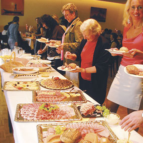 Frühstücksbuffet mit Gästen
