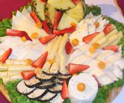 Buffetausschnitt mit fruchtiger Käseplatte